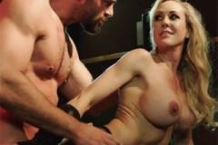 Agentka Brandi Love šuká v baru se svým zachráncem!