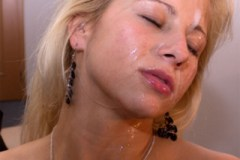 Candy Love si nechá po ukázkové kuřbě postříkat obličej