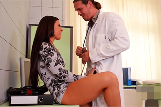 Doktor Thomas Hyka sveden krásnou pacientkou!