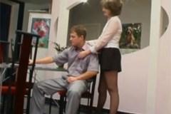 Oblečená zralá žena si to rozdá s mladíkem během doučování!
