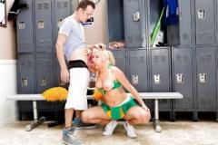 Roztleskávačka Layla Price trestá úchylného spolužáka – strapon porno