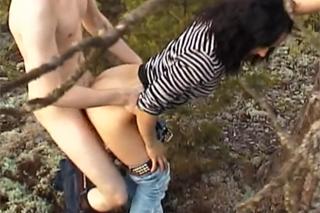 Amatérský pár se nechá natočit kamarádem při sexuálním dovádění v přírodě!