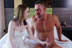 Muž vystříká kundičku dceři své nové přítelkyně (Alice Merchesi a Johnny Castle)!