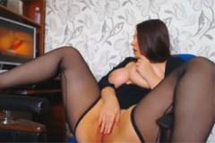 Baculatá dívka masturbuje u porna!