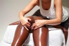 Půvabná černoška na erotické masáži