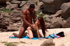 Černý playboy svede osamělou zrzku na pláži!