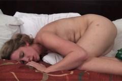 Zarostlá kráska Carmen December se přivede k orgasmu!