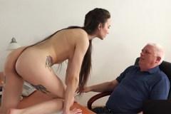 Problémová studentka se zachrání sexem s ředitelem! (Angel Rush)
