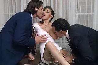 Kravaťáci ošukají prsatou asistentku – retro porno