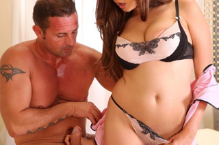 Masérka speciálního salónu uspokojí penis klientka! (Marina Visconti a David Perry)