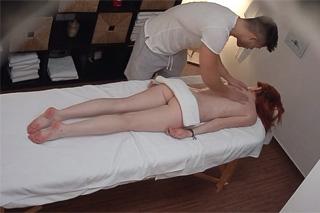 Pornokalendář DV (Oto, 26.4.) – Zrzka na penisu maséra – české porno