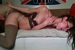 Pornokalendář DV (Pankrác, 12.5.) – Mladý britský pár sexuálně dovádí v pokoji!