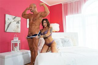 Potetovaná milf Heidi Van Horny vítá nového souseda vášnivým sexem!