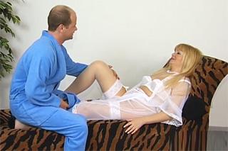 Zralý německý pár si to rozdá v domácích podmínkách na pohovce – klasické porno