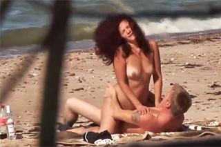 Zralý pár šoustá na písečné pláži!