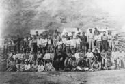 Damiaan en weesjongens 1889 Molokaï