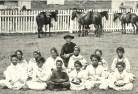 Damiaan en weesmeisjes 1878 Molokai