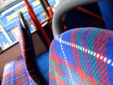 Die Sitze tragen Schottenkaro ...