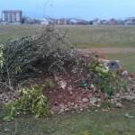Novo smeće na Ćemovskom polju, ukradene i ljuljaške, pokidani mladi čempresi