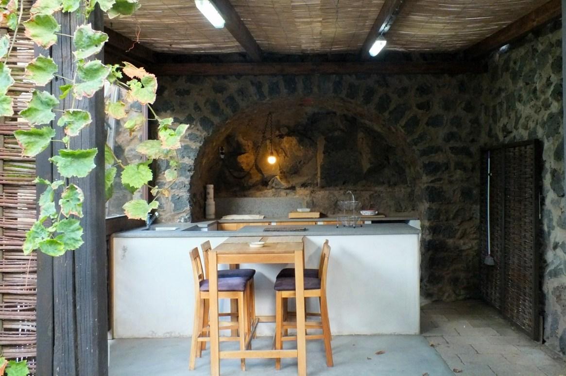 5 Meter in den Boden versenkte Wohngrotte mit eigener Aussenküche und großzügigem Garten.