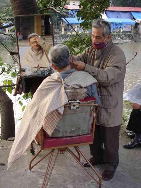 Street-side hairdresser / ear cleaner