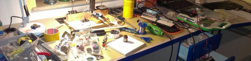 Damogran Labs: a work desk in the fury of an engineering battle.