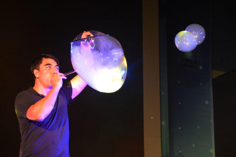Fan Yang trong Gazillion Bubble Show tại CVVH Đầm Sen