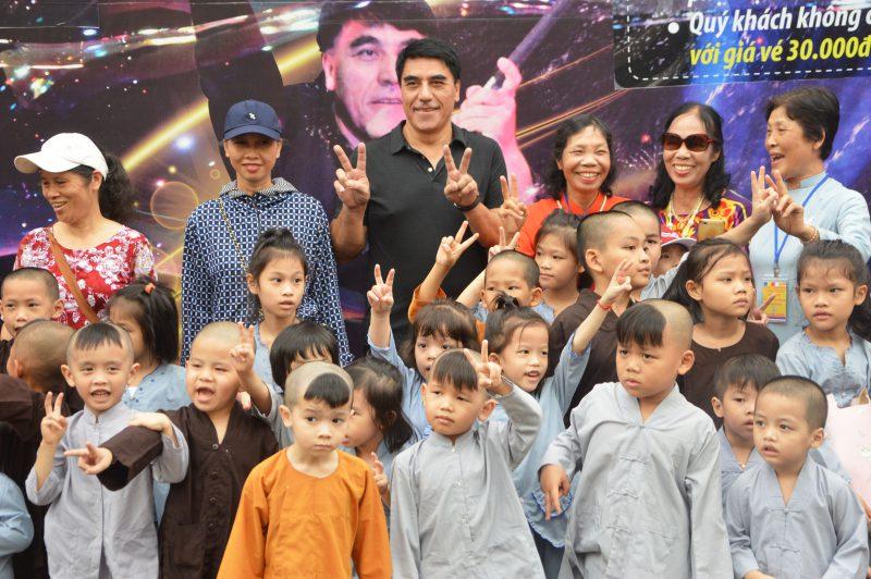 trẻ em khó khăn chụp ảnh cùng Fan Yang