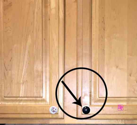 how to replace kitchen cabinet hardware : diy tutorial