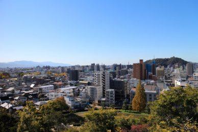 湯築城から松山城を見る