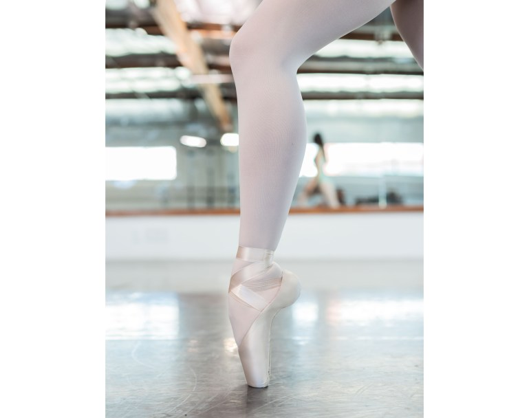 Dancer en pointe in Elektra shoe manufactured by Só Dança