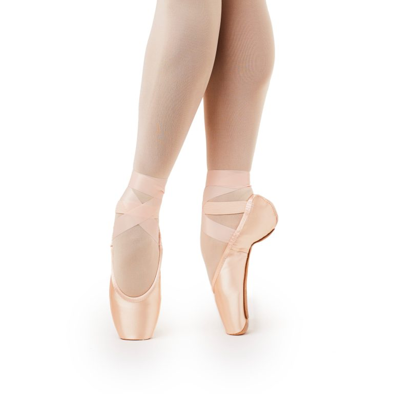 Dancer en pointe in Gaynor Minden's 3-plus box style.