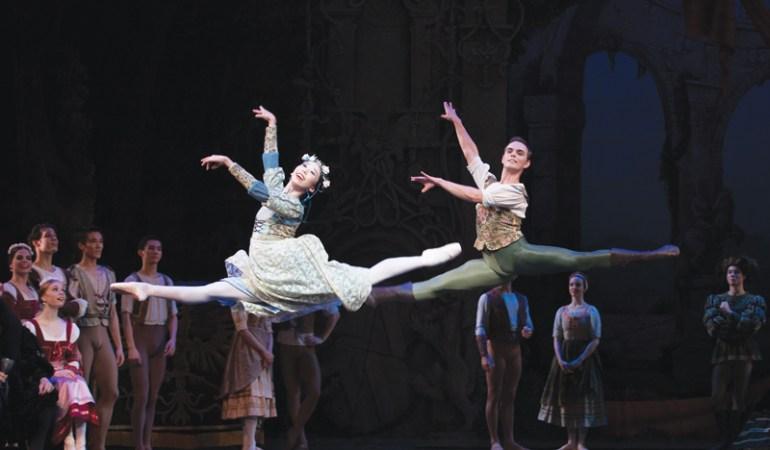 Lina Kim, Victor Estévez and artists of Queensland Ballet in Swan Lake   Photo: David Kelly