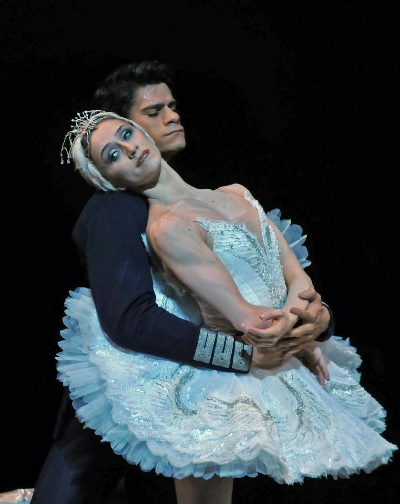 https://i0.wp.com/dancetabs.com/wp-content/uploads/2012/10/dm-swan-lake-marianela-nunez-thiago-soares-arm-wrap_1000.jpg