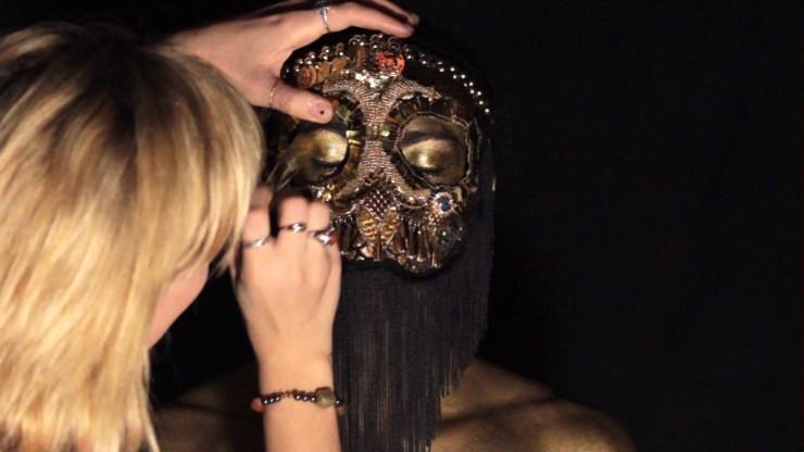 Maske wird für Dreh vorbereitet, Bodypaint Dance Music Video, Freudenthal, Frank Döllinger
