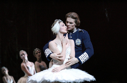 https://i0.wp.com/danceviewtimes.com/images2005/winter02/Swanlake2.jpg