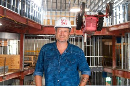Blake-Shelton-in-Hard-Hat-at-Ole-Red-Gatlinburg-2018-09-18-photo-2-optimized