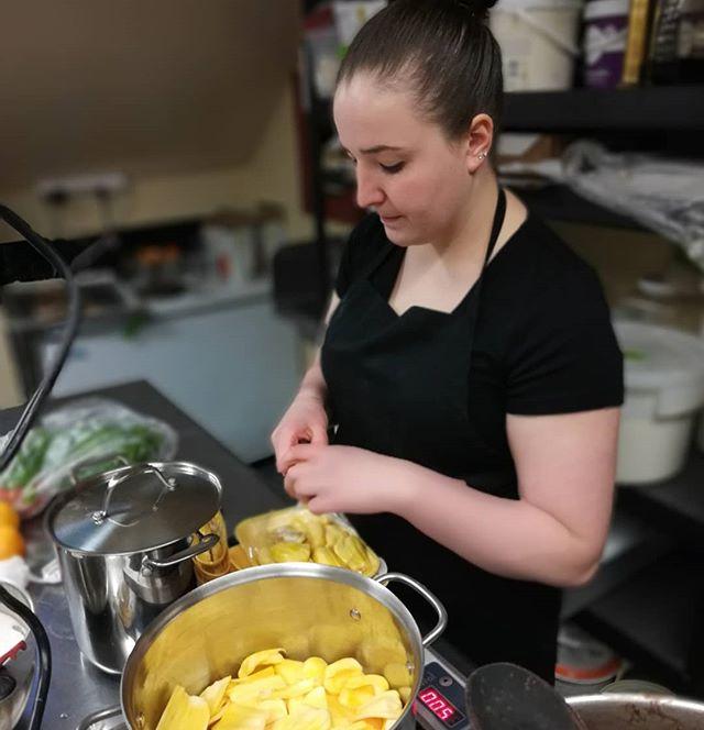 Chef Angelina preparing jackfruit for the pulled jackfruit tacos.#eterna #popuprestaurant #barbacoatacos #jackfruit #manchesternh #afterhours @dancinglionchocolate @eternapopup