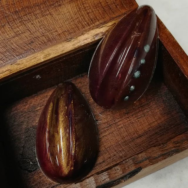 AWAITING SPRING - dormant pods in darkness, stasis, awaiting a warmer day. Blood oranges with caramel in fat, rich, Guatemalan dark chocolate.#chocolatier #chocolate #bloodorange #caramel