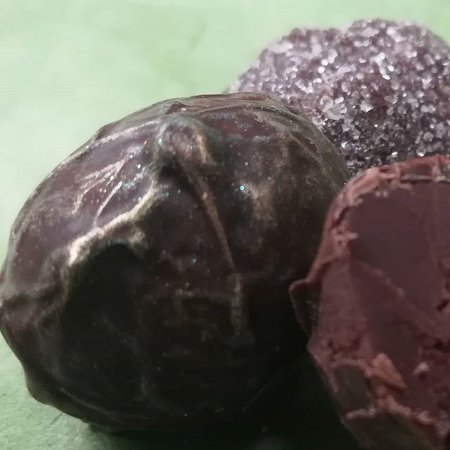 Les Truffes: SINGAPORE DARK - TWG black & green tea in Liona Dominican Republic dark chocolate. SINGAPORE MILK - the same tea in malty Jivara milk chocolate, sugared (contains barley malt). #chocolatier #chocolate #truffles @twgteaofficial