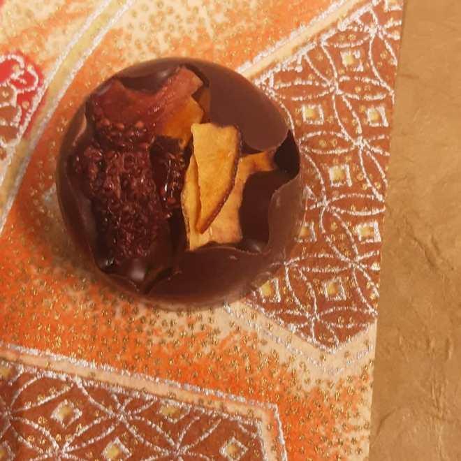 JOY - solid fruity Tanzania dark chocolate with crisp-dried strawberries and peaches.#chocolatier #coquícacao #beantobonbon Joy is better than the alternative.