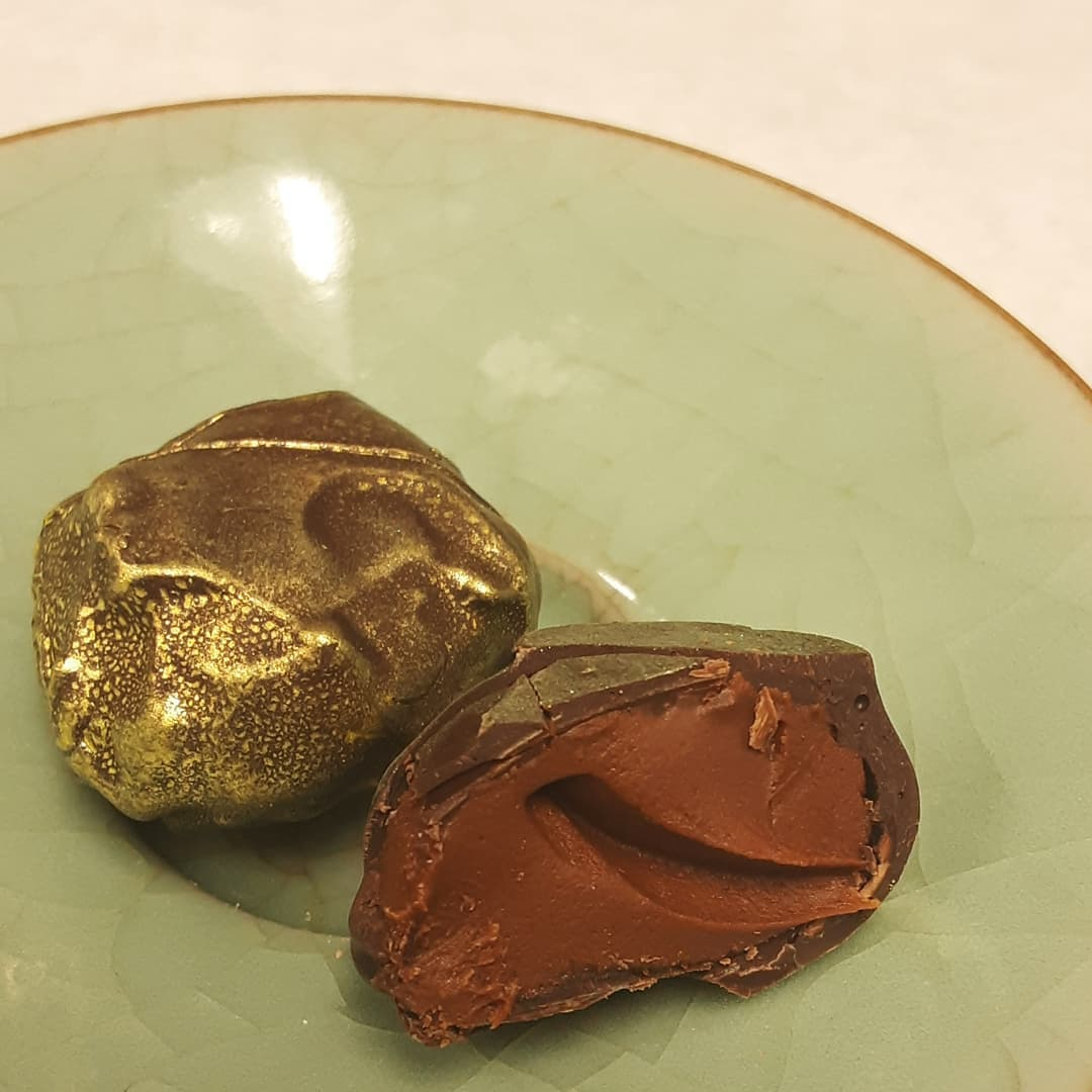 A WARM STATE OF LIME - Fresh lime with mestizo chiles and Piura chocolate in a thin shell of Belize Trinitario dark chocolate. #chocolatier #truffesauchocolat #chocolatetruffles #lime #chiles @bfreebz