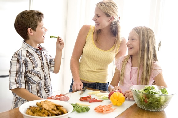 Family-eating-healthy-food
