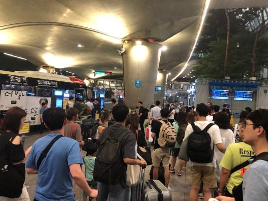 仁川空港にて深夜バスを待つ人で行列が出来ている様子