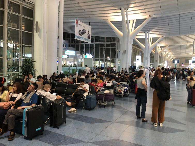 深夜や早朝のLCC便を待っている人で賑わう羽田空港国際線ターミナル