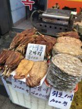 海の近くとあり鮮魚も含む水産物も豊富に並んでいます。