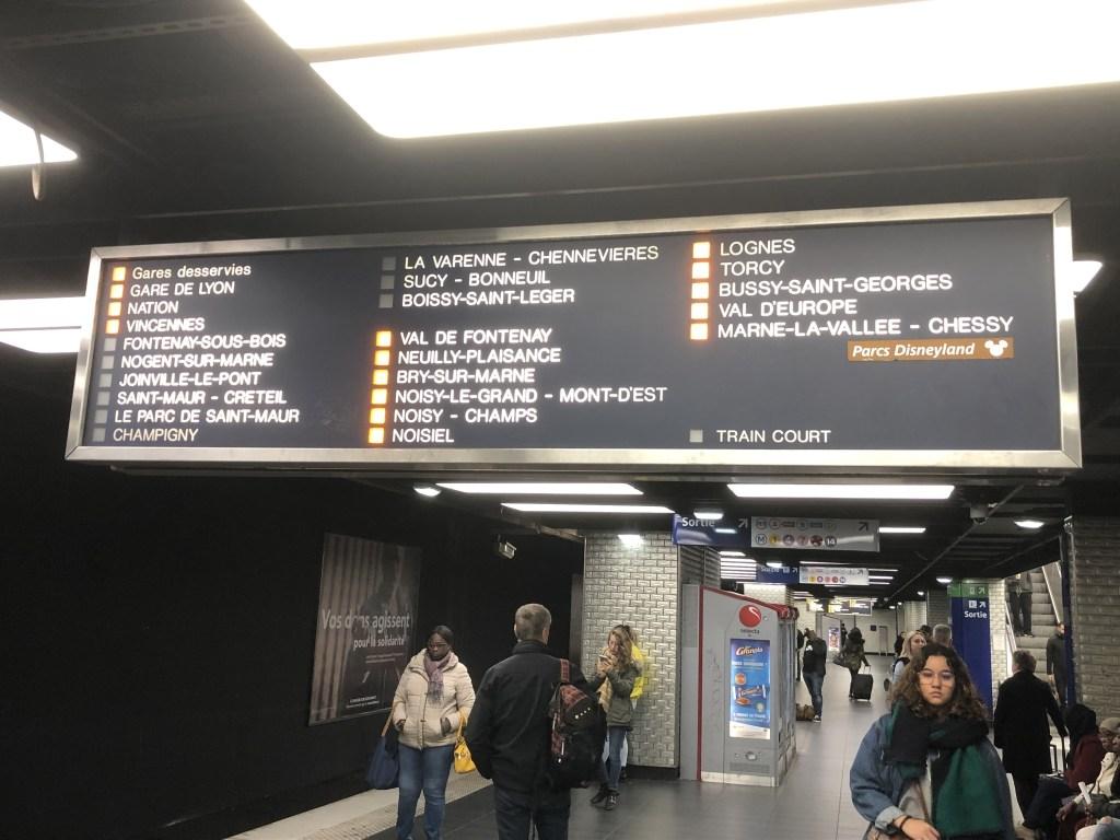 RER A線案内板の中でランプが点灯している駅に停車します。