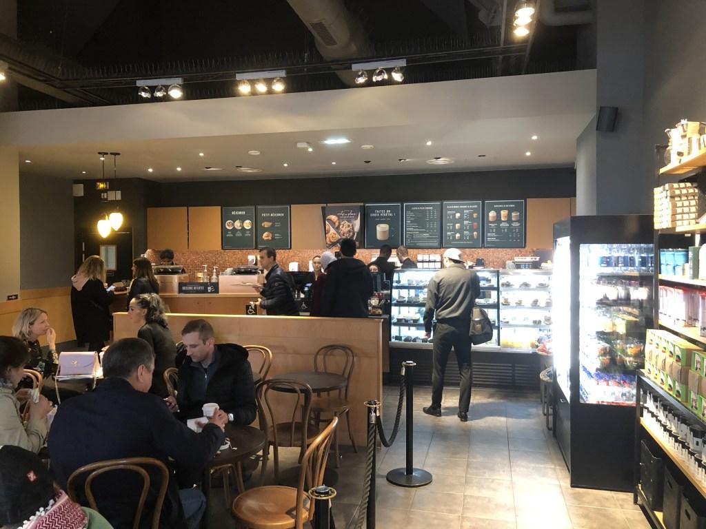 ''ラ・ヴァレ・ヴィレッジ''( La Vallée Village) にあるSTARBUCKS COFFEE店舗内部の様子