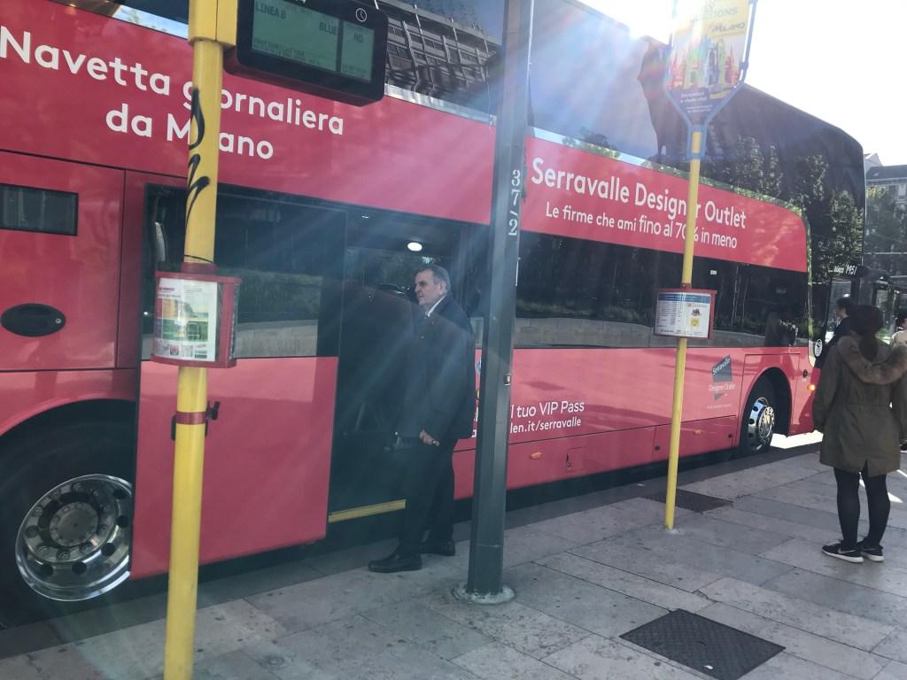 ツアーバスの側面には''Serravalle Designer Outlet''と書かれていますのでどのバスに乗ればよいか迷う心配はありません。