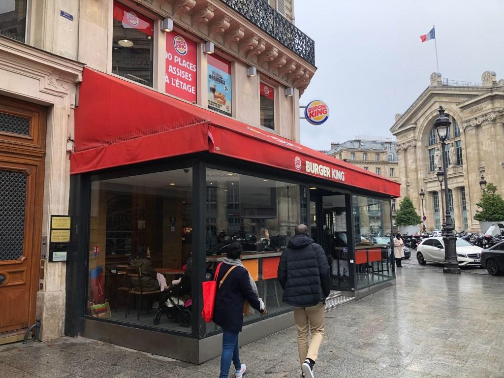 パリ北駅前にはバーガーキングもありました。
